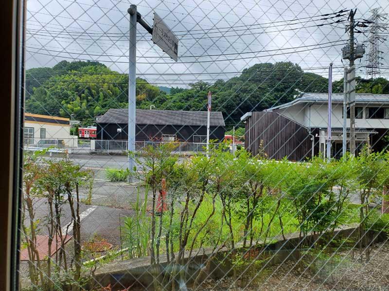窓から箱根登山鉄道が見える