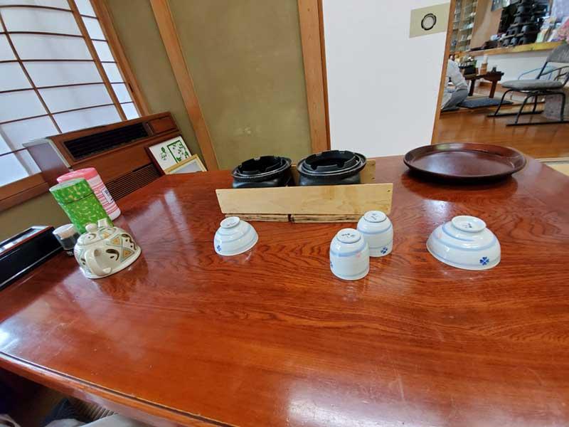大きなテーブルにお茶