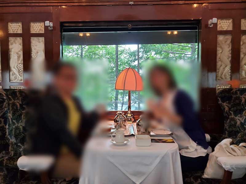 ラリック作のガラス宝飾の客席と一緒にパチリ