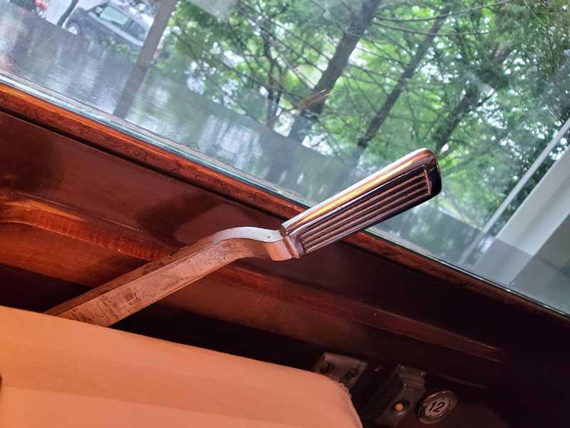 窓のレバーかな