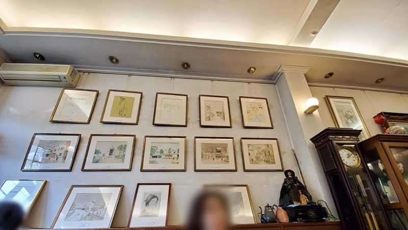 壁一面に絵画が展示されている