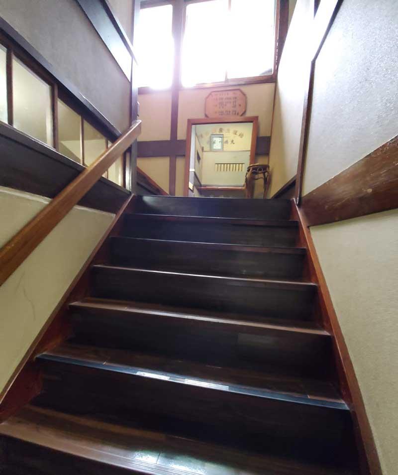 古い木の階段