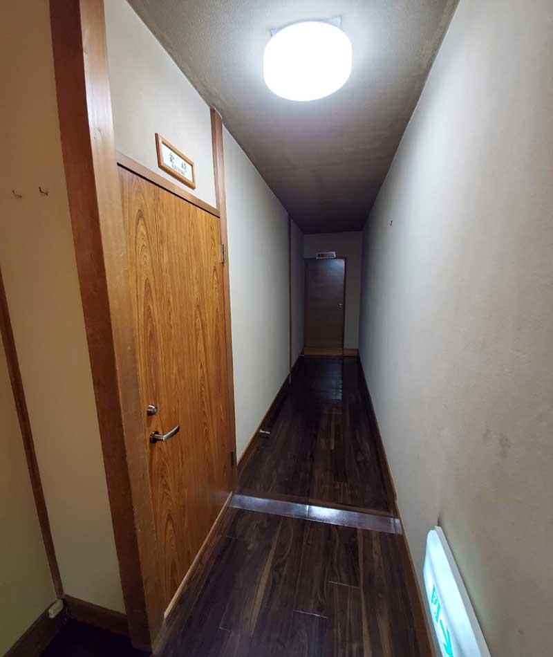 薄暗い旅館の廊下