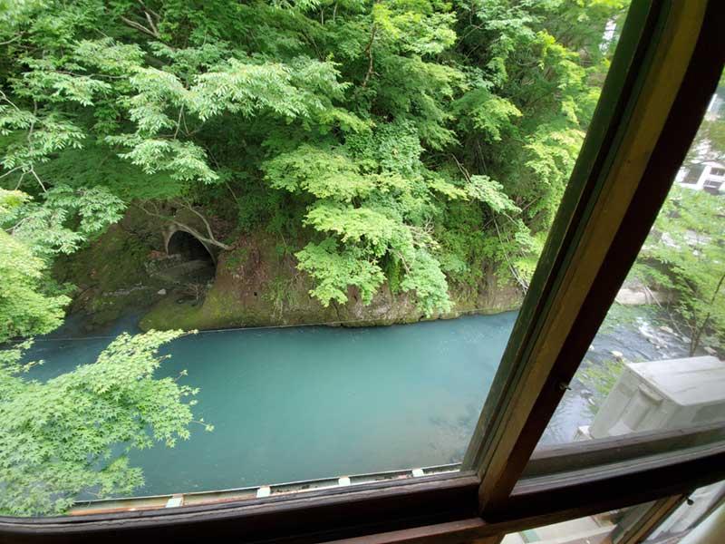 窓の下はすぐ川です