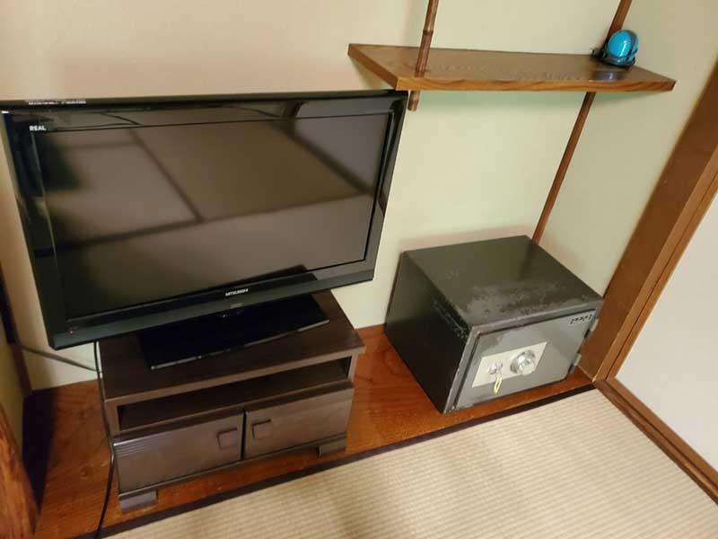テレビと貴重品入れ
