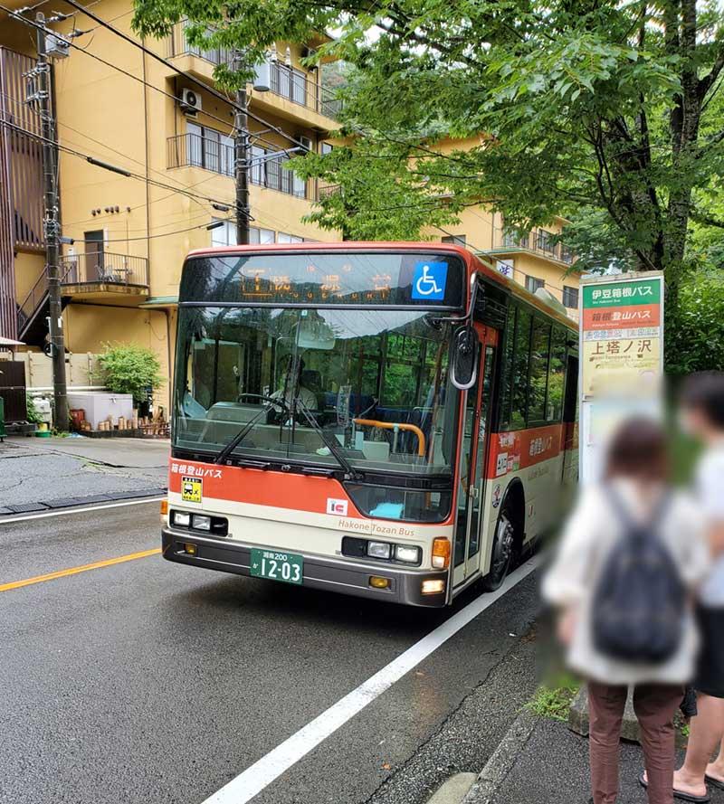 旅館のすぐ近くにバス停あり