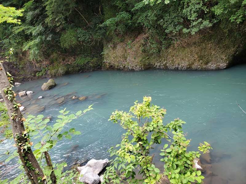 川の水の色が温泉みたい