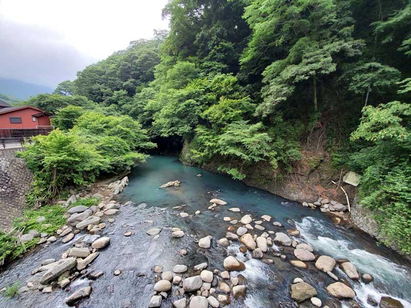 川幅が狭くなり流れも速い