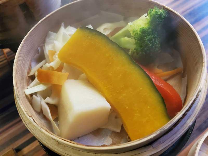 蒸籠の中はたっぷり温野菜