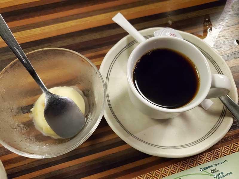 寄木細工のテーブルに映える食後のコーヒー