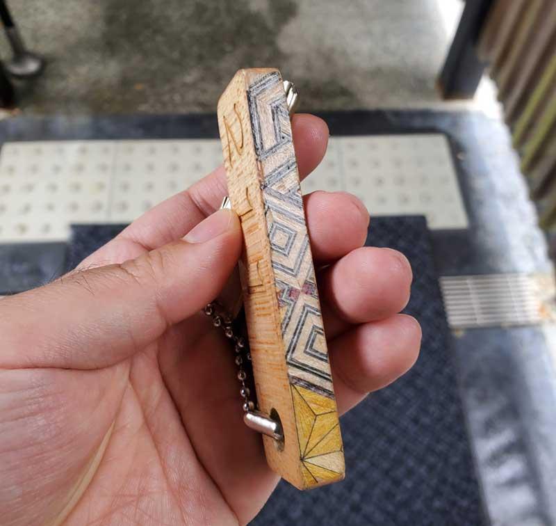 部屋の鍵にも寄木デザイン